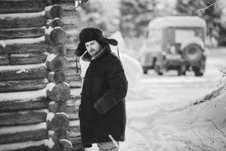 ropa vieja: hombre r�stico en ropa vieja en el invierno fr�o. retrato en blanco y negro