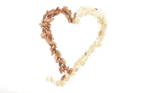 Dos tipos de arroz formando un corazón aislado en blanco. Foto de archivo - 8955916