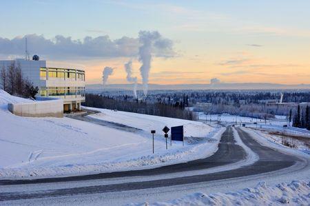 University of Alaska Fairbanks, and the city of Fairbanks in the winter at sunset 版權商用圖片 - 7676916