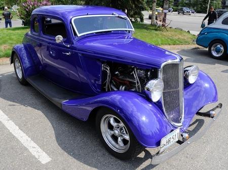 ford: Fairbanks, Alaska, 19 juni 2010: Midnight Sun Cruise-In autoshow, jaren 1930 Ford Coupe Redactioneel