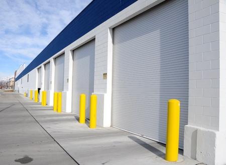Multi-Door Garage im Industriegebiet Standard-Bild