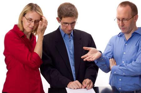 makelaardij: Mensen ondertekening van een overeenkomst Stockfoto