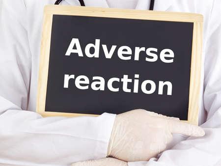 adverso: M�dico muestra la informaci�n en la pizarra: reacci�n adversa
