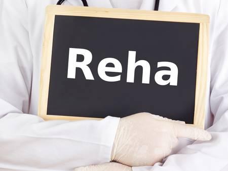 Doktor zeigt Informationen auf Tafel: Reha
