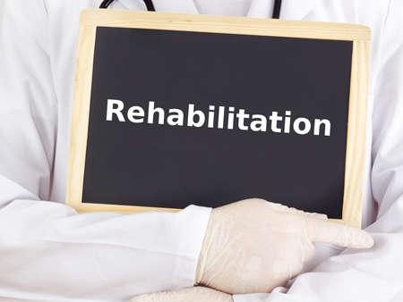 Doktor zeigt Informationen: Rehabilitation