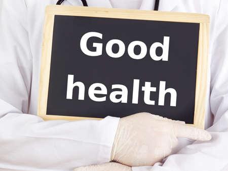 good health: Dokter toont informatie op blackboard: een goede gezondheid