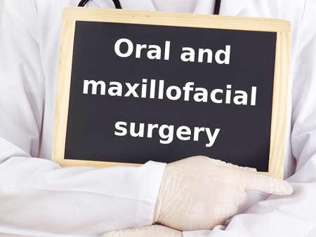 Arzt zeigt Informationen: Mund-und Kieferchirurgie Standard-Bild - 16077955