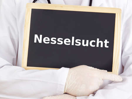 pokrzywka: Doctor pokazuje informacje na tablicy: pokrzywka Zdjęcie Seryjne