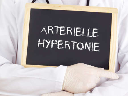 Doctor shows information: arterial hypertension in german