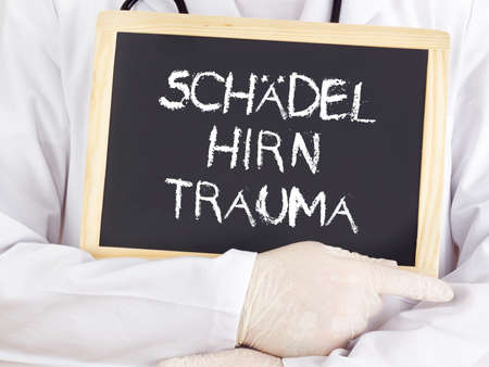 traumatic: Doctor shows information: traumatic brain injury in german