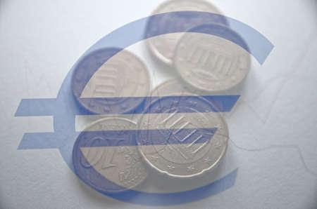 multiple exposure: Concetto finanziario. Monete & euro segno. Esposizione multipla.
