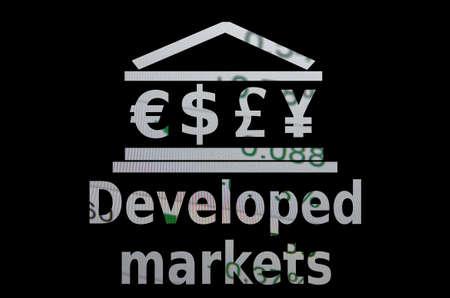 """developed: Icono Edificio con las principales monedas mundiales s�mbolos. Inscripci�n """"los mercados desarrollados"""". Foto de archivo"""
