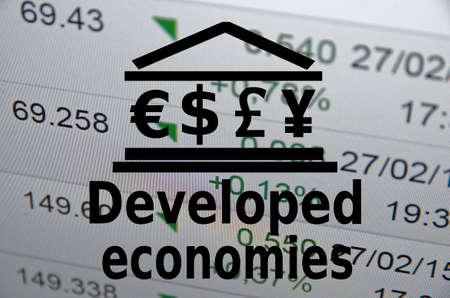 """developed: Icono Edificio con las principales monedas mundiales s�mbolos. Inscripci�n """"econom�as desarrolladas""""."""