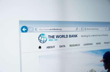 banco mundial: Saransk, Rusia - alrededor de 2015: Una pantalla de ordenador muestra los detalles de la página principal del Grupo del Banco Mundial en su sitio web Editorial