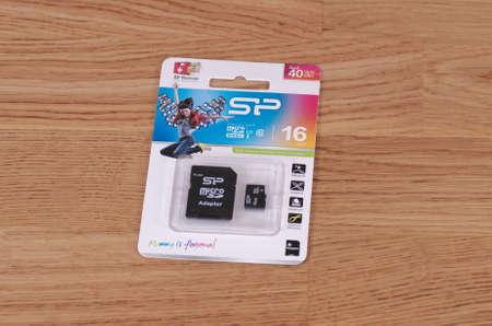 silicio: Saransk, Rusia - 23 de marzo, 2016: tarjeta SD Silicon Power en un fondo de madera. Editorial