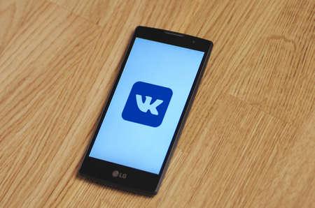 telegrama: Saransk, Rusia - 23 de marzo, 2016: Foto del LG Smartphone con VKontakte logotipo en la pantalla. enfoque selectivo. Editorial