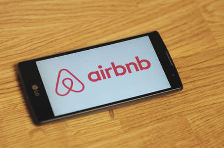 SARANSK, RUSSIA - March 23, 2016: Photo of LG Smartphone with Airbnb logotype on the screen. Selective focus. Redactioneel