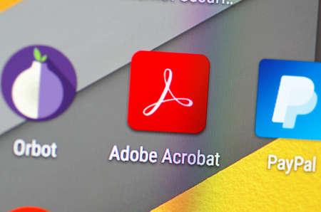 サランスク、ロシア - 2016 年 6 月 4 日: スマート フォンの画面は、画面に Adobe Acrobat アイコンを示しています。選択と集中。