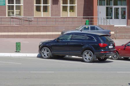 SARANSK, RUSLAND - 20 mei 2017: Audi Q7 geparkeerd op stadsstraat. Redactioneel