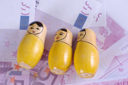 muñecas rusas: SARANSK, RUSIA - 03 de junio de 2017: muñecas rusas Matryoshka en un falso billetes de 500 euros.