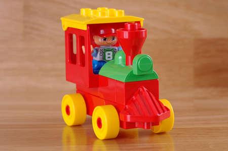 SARANSK, RUSLAND - JUNI 03, 2017: Legobinnen locomotief op een houten lijst. Redactioneel