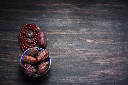 dattes: Dates fruits et chapelet encore la vie, sur un fond en bois fonc�