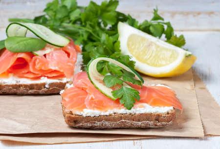 corcovado: Sandwich de salm�n con sal y el queso crema, el enfoque selectivo