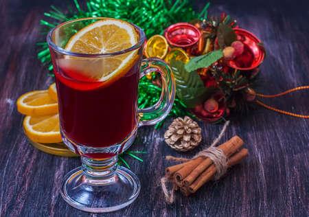 vin chaud: Vin chaud (vin chaud) avec des épices sur fond de bois. mise au point sélective. Banque d'images