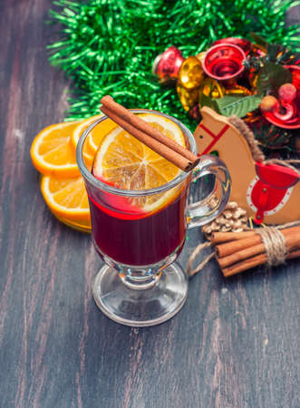 vin chaud: Vin chaud (vin chaud) avec des �pices sur fond de bois. mise au point s�lective. Banque d'images