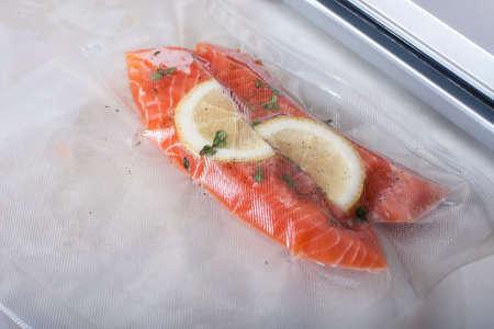 真空包装の鮭の切り身。ス-見よ、新しい技術の料理