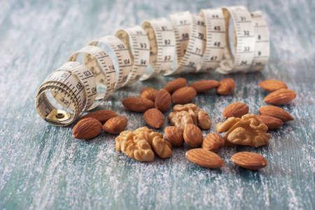 metro de medir: El concepto de un estilo de vida saludable, las nueces y el metro de medición. enfoque selectivo