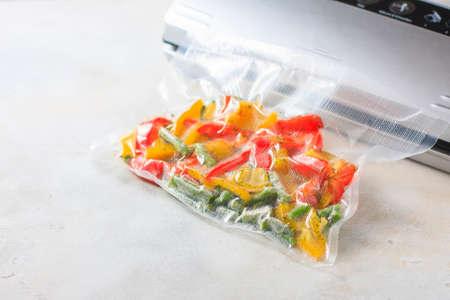 밀봉 된 진공 포장 백의 야채. 수 - 비디오 요리. 선택적 초점