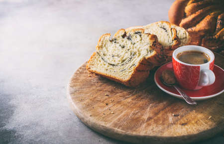 Homemade poppy seed braided bread, selective focus . Wreath. National pastries. Babka Banque d'images
