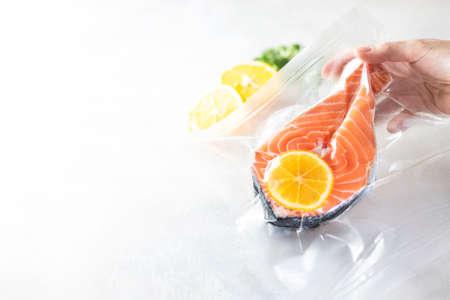 Zalmfilets in een vacuümverpakking. Sous-vide, nieuwe technologie keuken. Selectieve focus, kopieer ruimte