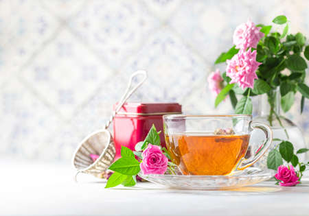 Pink tea buds, a glass cup and vintage strainer. Selective focus, copy space. Top view. Banque d'images