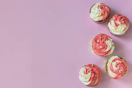 Top view festive cupcakes with pink cream and sprinkles. Imagens