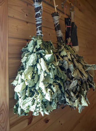 Homemade broom from dry oak branches for a Russian bath. Traditional Russian culture. Banque d'images