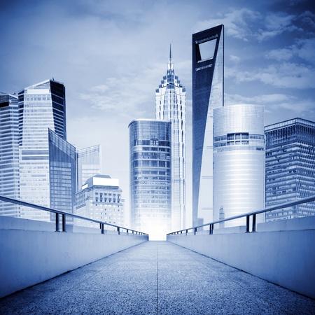 rascacielos: Un pasillo conduce a la metr�poli moderna, expresiones exageradas.