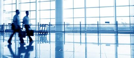 hetzen: Passagier in der Shanghai Pudong airport.interior des Flughafens. Editorial