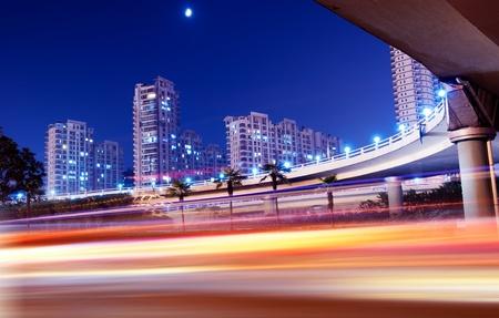 light speed: La luz de los senderos en el fondo moderno edificio en Shangai, China.