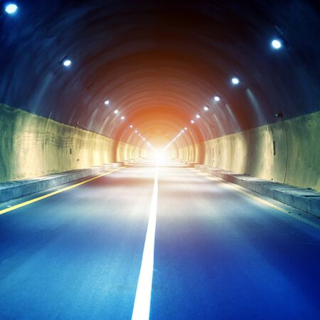 tunel: El túnel en la noche, las luces forman una línea. Foto de archivo