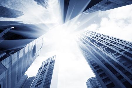 edificio: rascacielos de vidrio abstracta en la noche