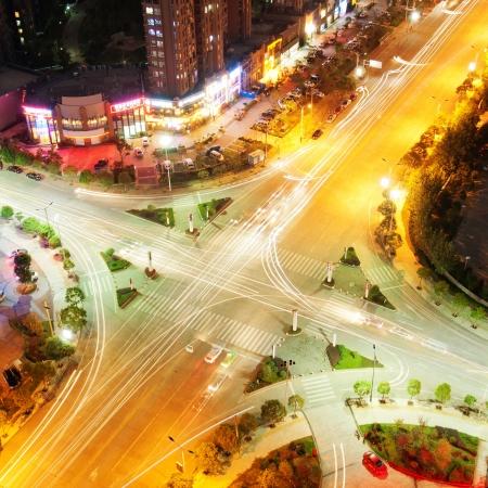 cruce de caminos: La trayectoria de la intersecci�n de la carretera en la noche