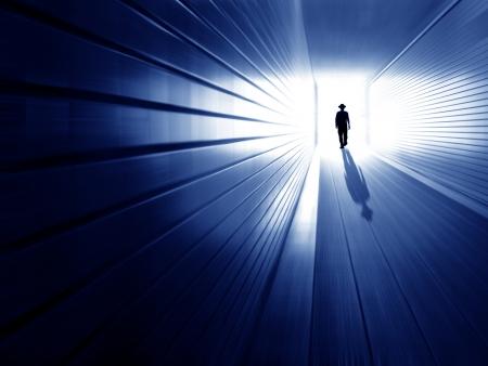 silhouet in een metro tunnel Licht aan einde tunnel