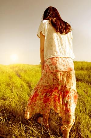 필드에서 산책하는 젊은 여성