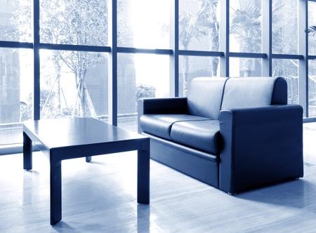 Biuro kanapie i korytarze, nowoczesne wnętrza budynku. Zdjęcie Seryjne - 13096547