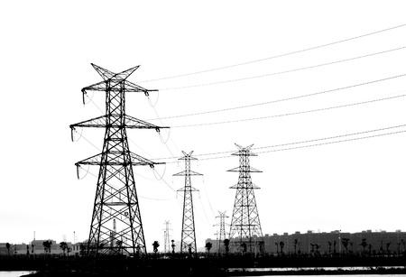 Elektriciteit pyloon op wit wordt geïsoleerd