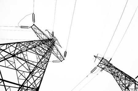 redes electricas: Torre de alta tensión aisladas en blanco