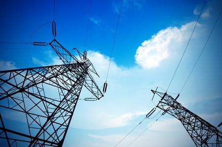 redes electricas: Poste eléctrico contra el cielo azul despejado Foto de archivo