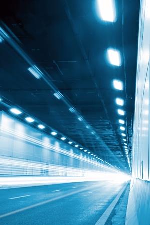 Der Tunnel in der Nacht, die Lichter bildeten eine Linie. Standard-Bild